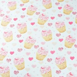 babeczki różowe z serduszkami na białym tle