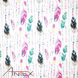 Tkanina w piórka z koralikami różowo zielone na białym tle