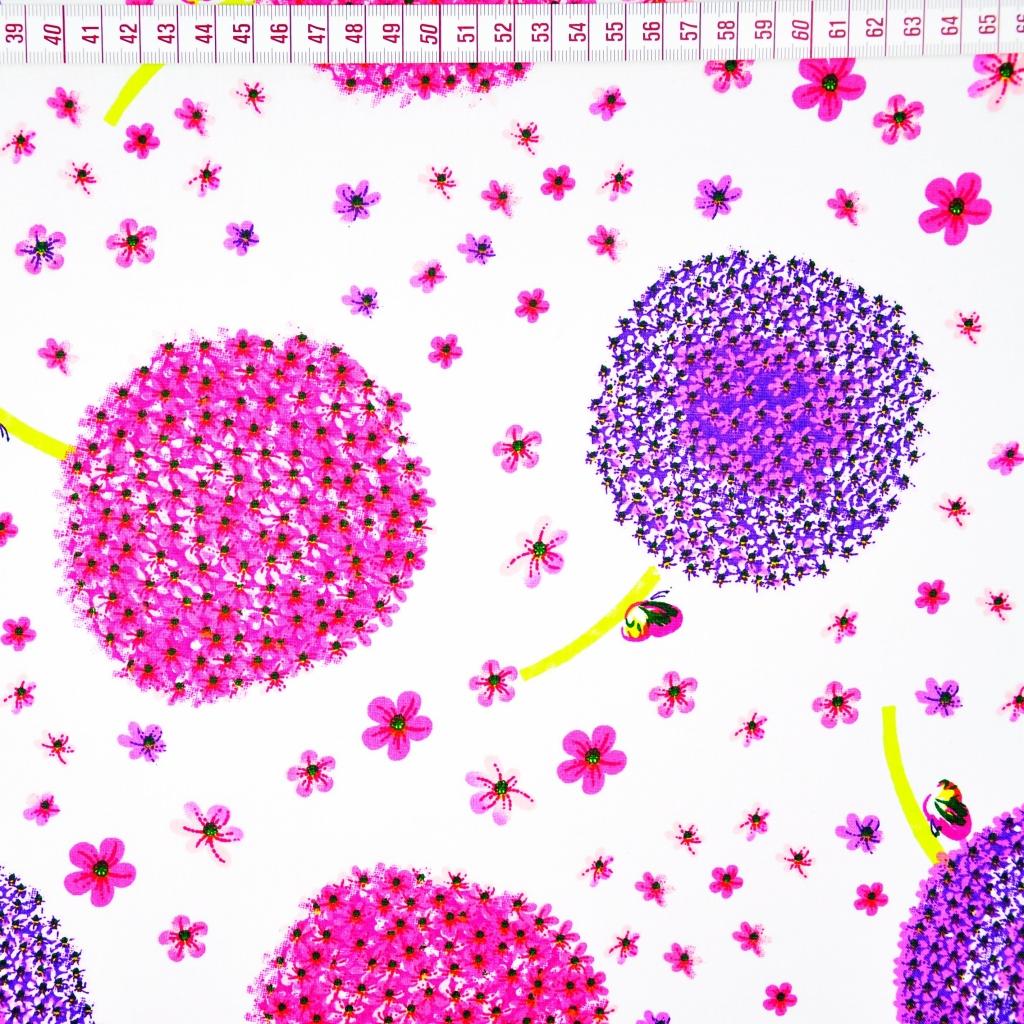 Tkanina w dmuchawce fioletowo różowe na białym tle