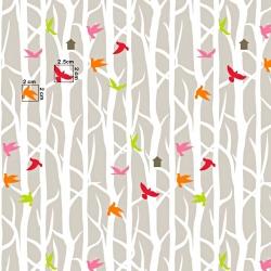 Tkanina w ptaki na drzewach na beżowym tle