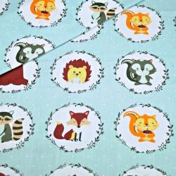 Tkanina w zwierzątka w kołach na szarym tle