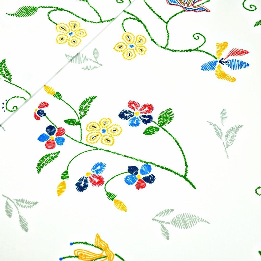 Tkanina w kwiaty haftowane na białym tle