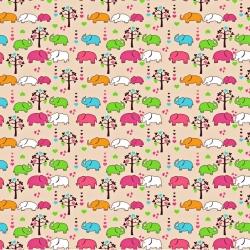 Tkanina w słoniki kolorowe z drzewkami na beżowym tle