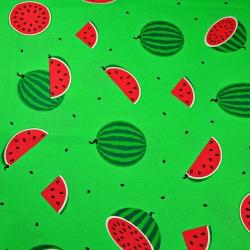 Tkanina w arbuzy na zielonym tle