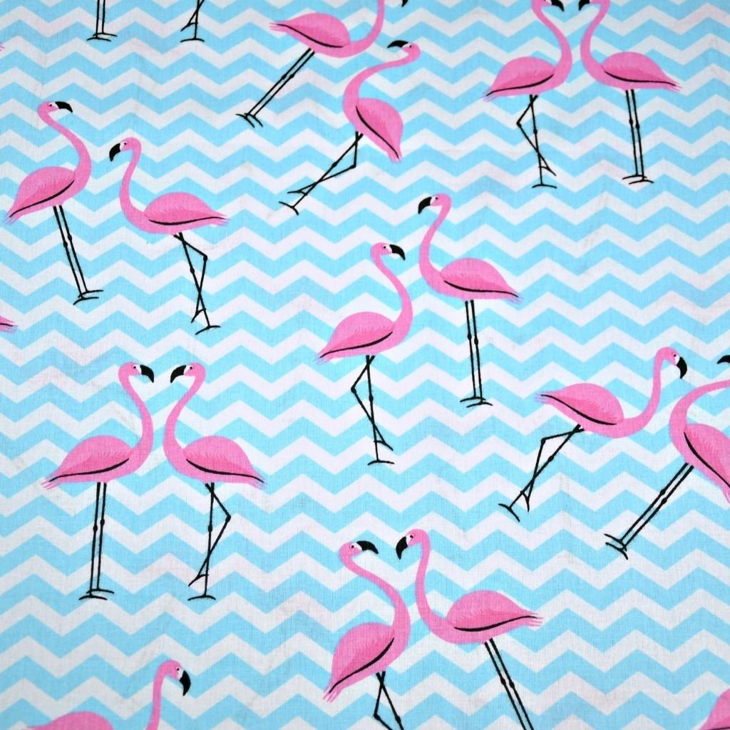 Tkanina w flamingi z błękitnymi zygzakami na białym tle