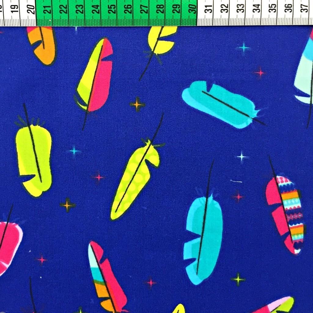 Tkanina w piórka małe kolorowe na granatowy tle