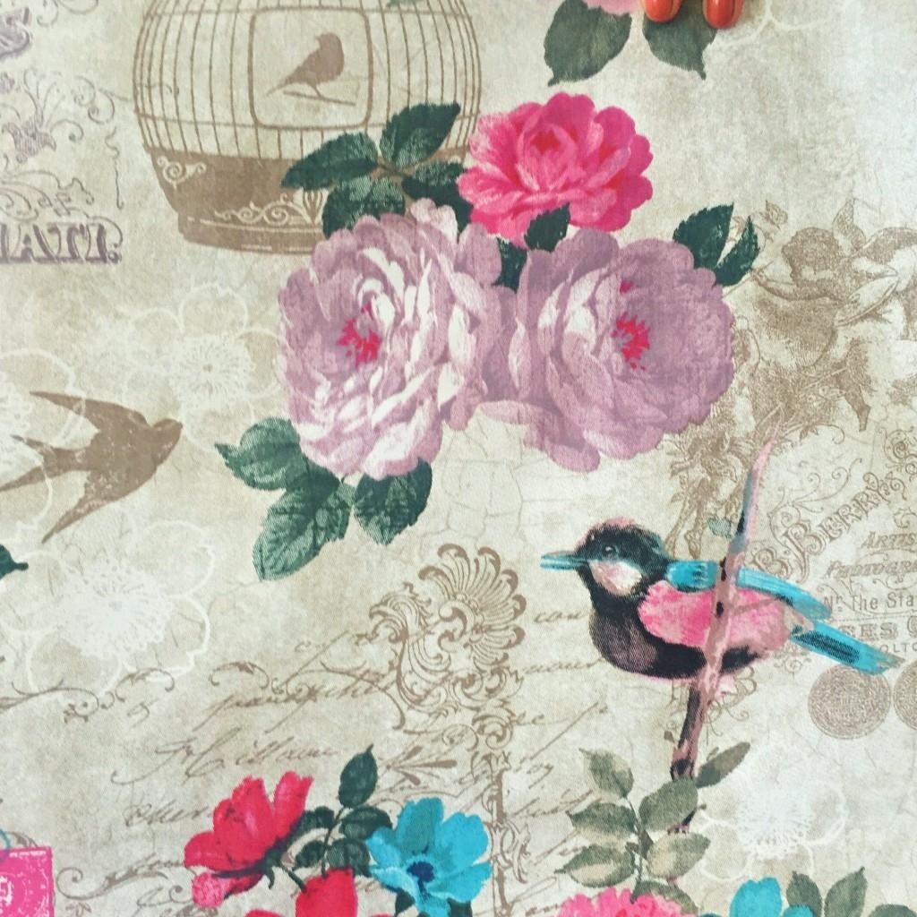 Tkanina w kwiaty z ptakami na vintage tle