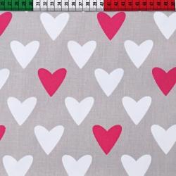 Tkanina w serca biało różowe na szarym tle