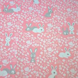 Tkanina w króliki biało szare na różowym tle