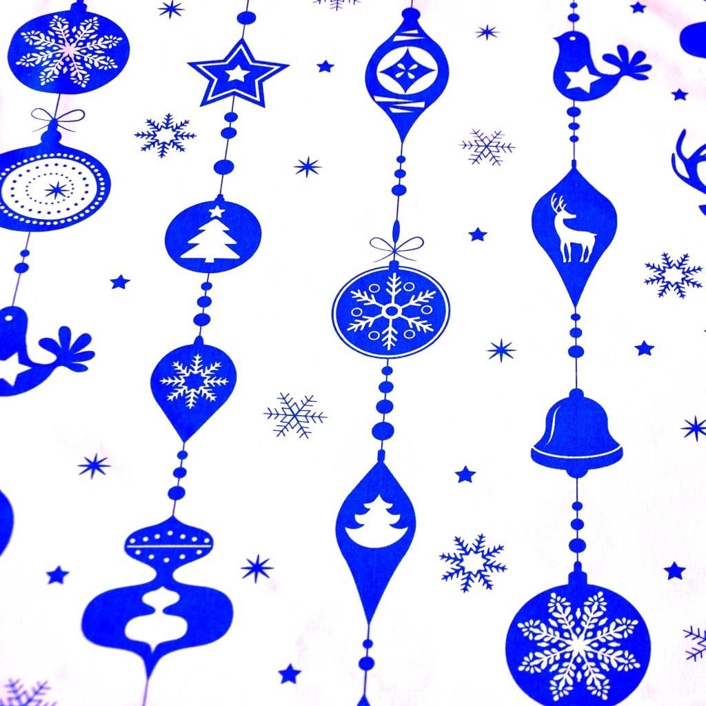 Tkanina wzór świąteczny sznur z bombek niebieskie na białym tle