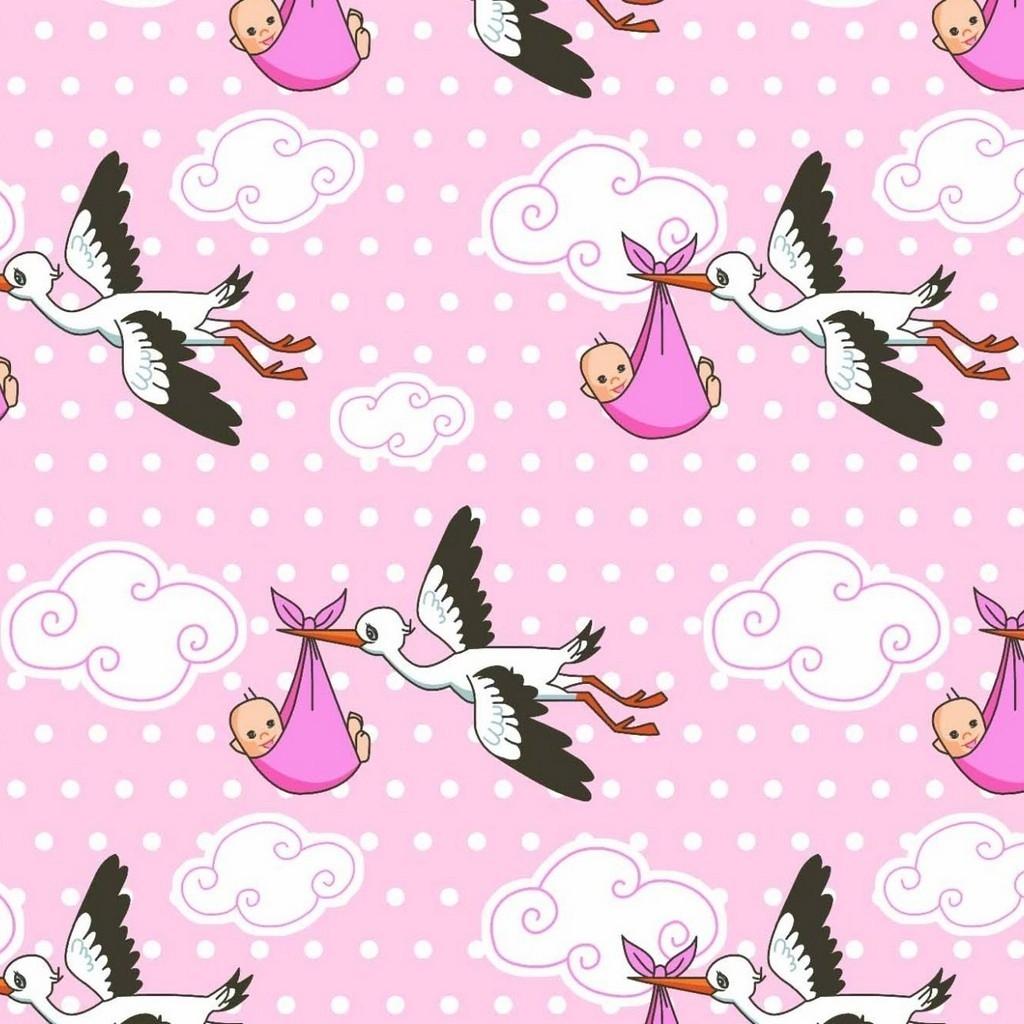 Tkanina w bociany na różowym tle
