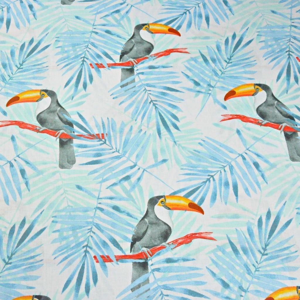 Tkanina w tukany z niebiesko miętowymi liśćmi palmowymi na białym tle