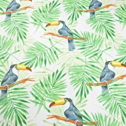 Tkanina w tukany z zielonymi liśćmi palmowymi na białym tle