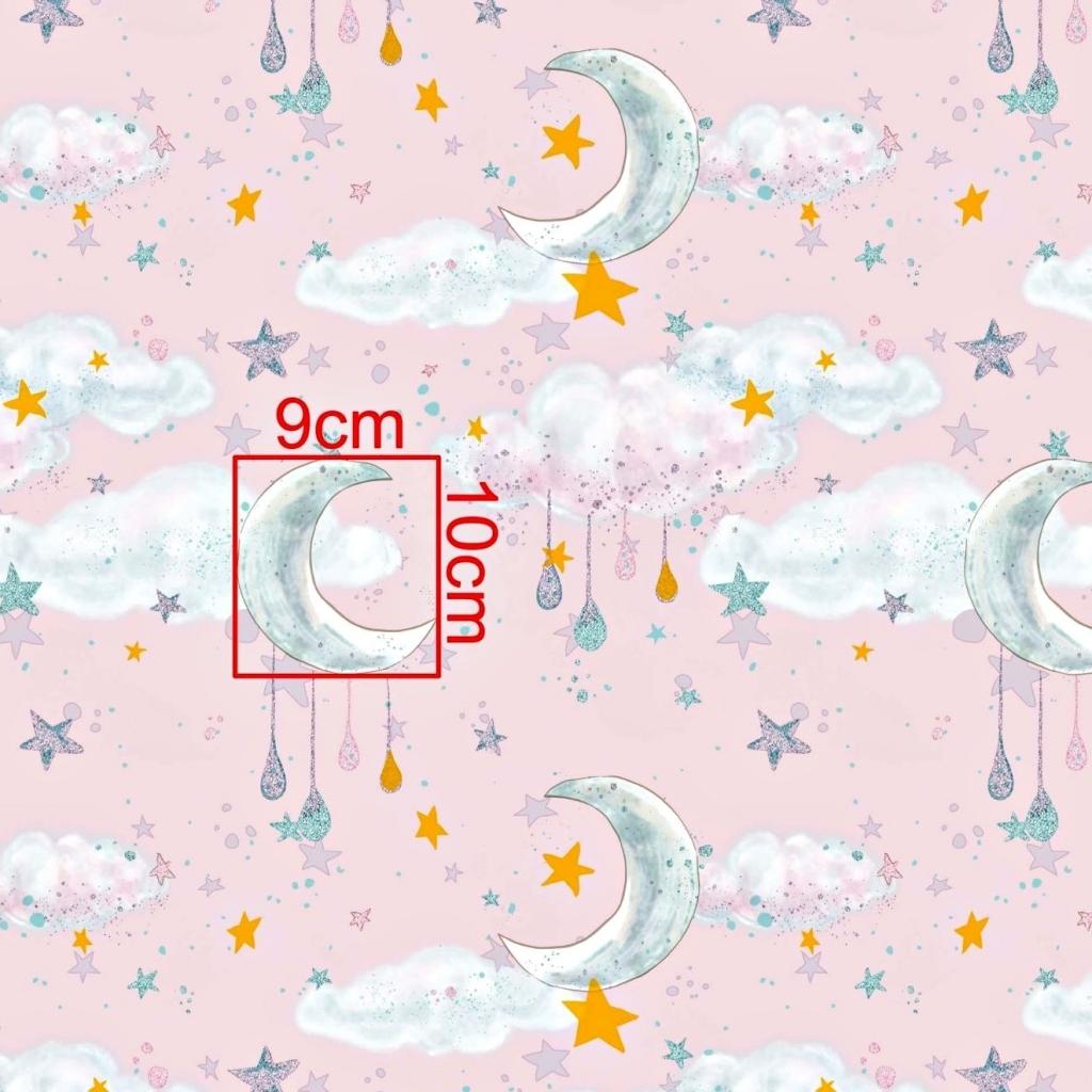 Tkanina złocona księżyce z chmurkami na różowym tle