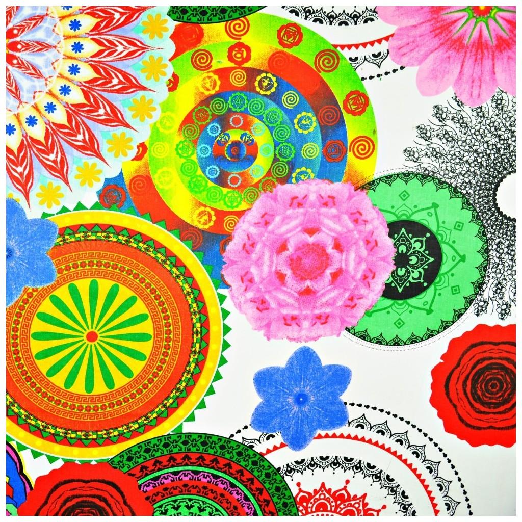 Tkanina kwiatowy kalejdoskop na białym tle