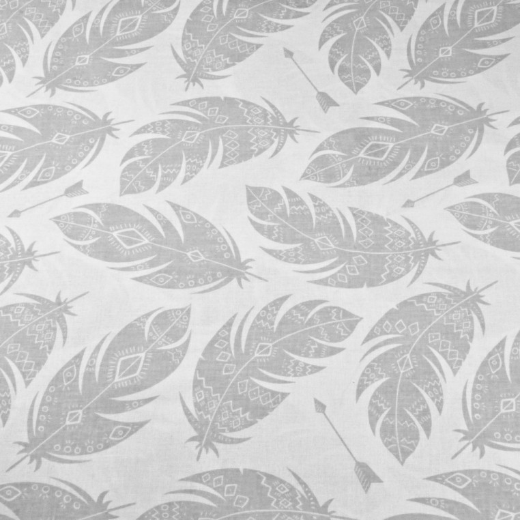 Tkanina w piórka azteckie szare na białym tle