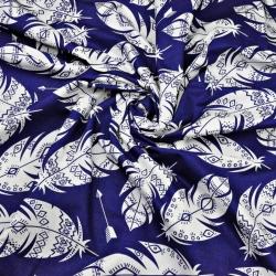 Tkanina w piórka azteckie białe na granatowym tle