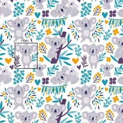 Tkanina misie koala w drzewkach na białym tle