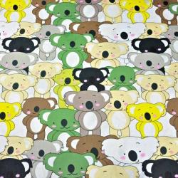 Tkanina misie koala beżowo-zielone na białym tle