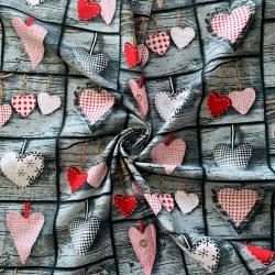 Tkanina w serca czerwone na szarej desce