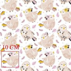 Tkanina w ptaszki beżowe z różowymi piórkami na białym tle