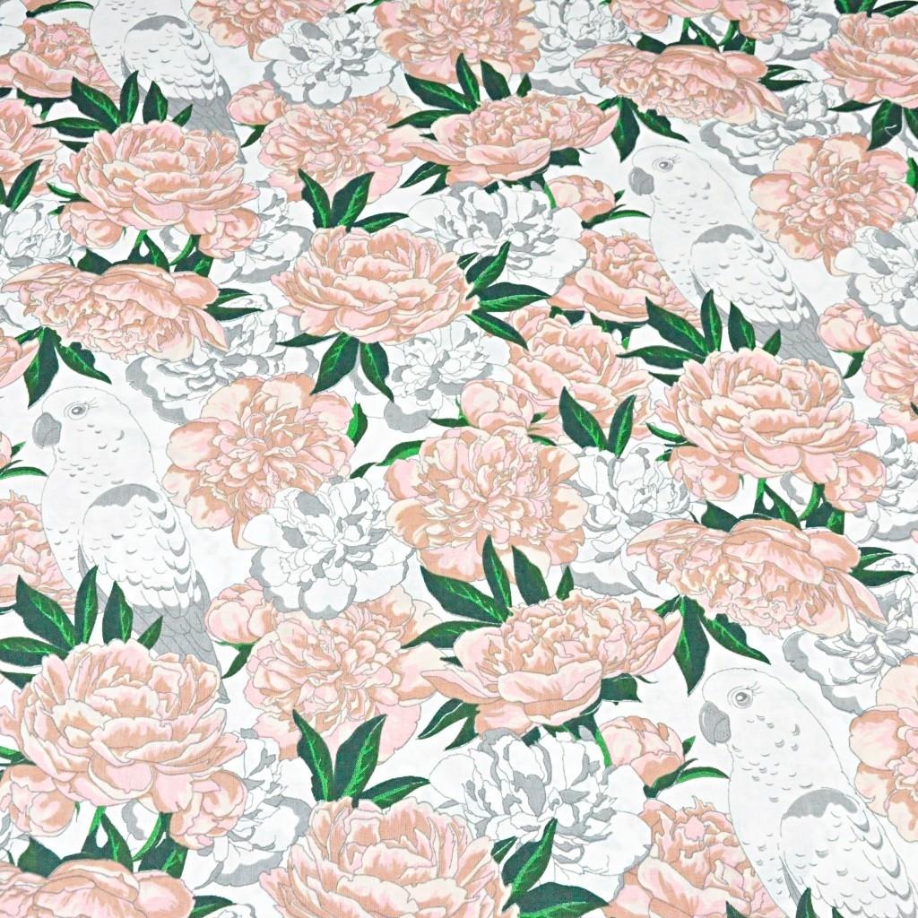 kwiaty różowe z papugami na białym tle