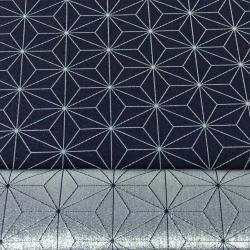 Tkanina dekoracyjna dwustronna metalizowana przędza - geometryczny wzór srebrny na granatowym tle