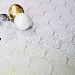 Tkanina dekoracyjna metalizowana nitka - bączki złoto srebrne na białym tle