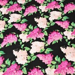 Kwiaty bzu różowo fuksjowe na czarnym tle